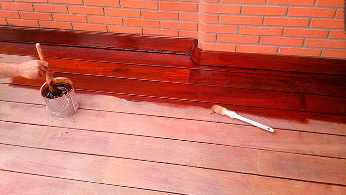 Aplicación de aceite de terrazas Livos Alis 579, castaño
