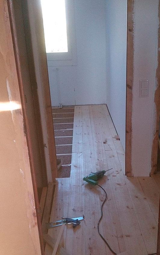 Instalación de tarima de pino sin tratar, sobre aislamiento de corcho.