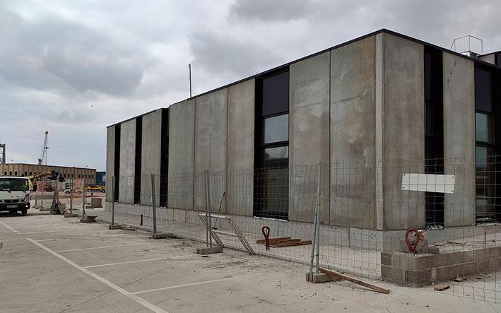 Edificio con manchas y desperfectos en fachada